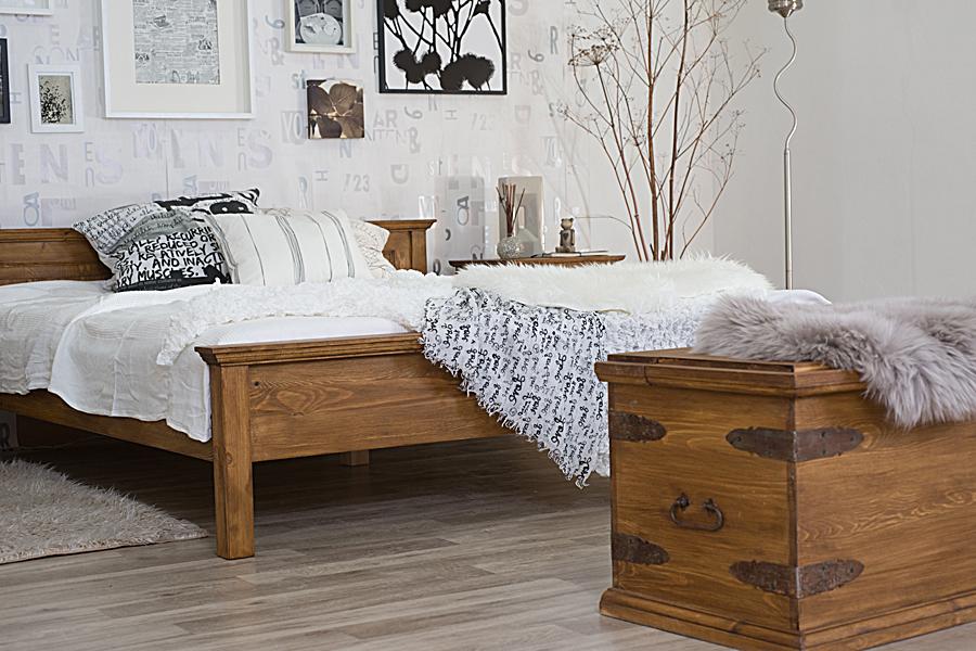 drewniane stylowe łóżko